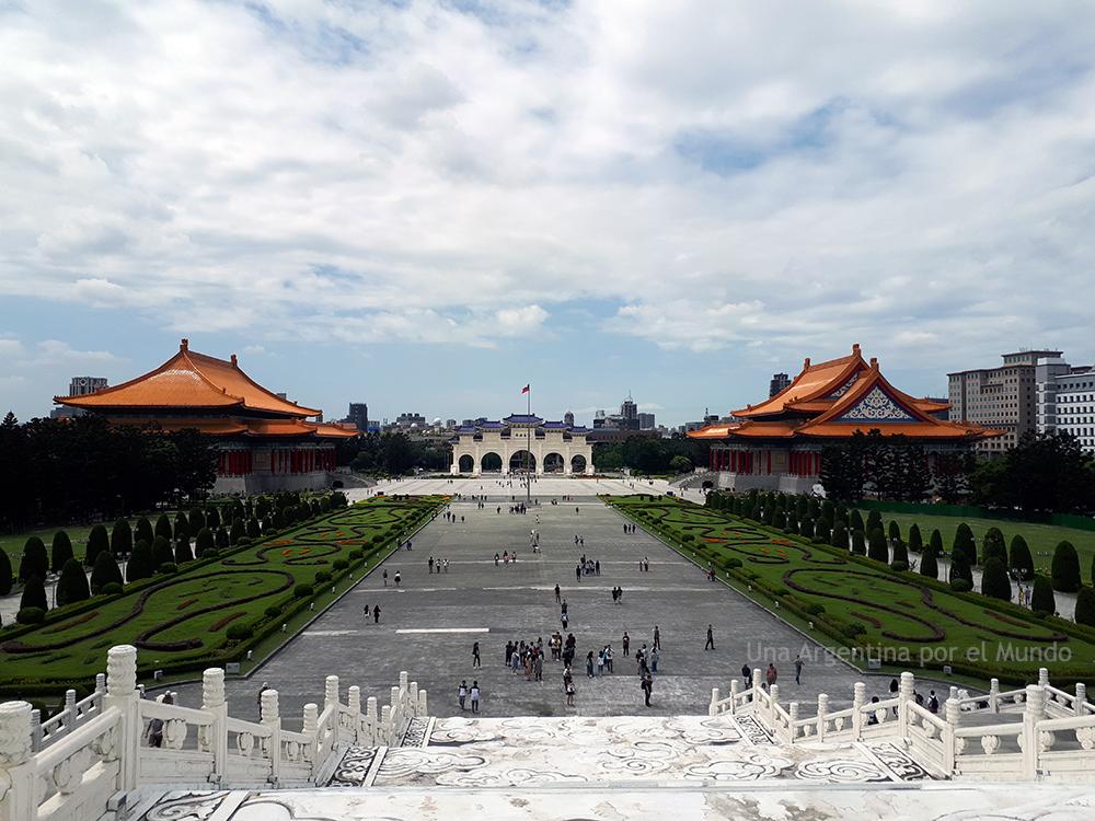 Vista del Parque, Puerta de la Integridad, Concert Hall y Teatro Nacional. Chiang Kai-Sek Memorial Hall, Taipei.
